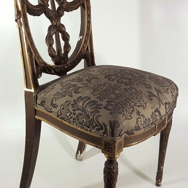 par de cadeiras francesas, em madeira dourada e ricamente