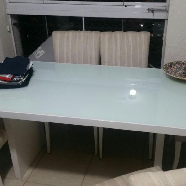 Mesa Laqueada branca com 6 cadeiras estofadas em bom estado