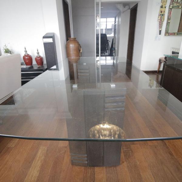 mesa de jantar com base em mandeira e tampo de vidro