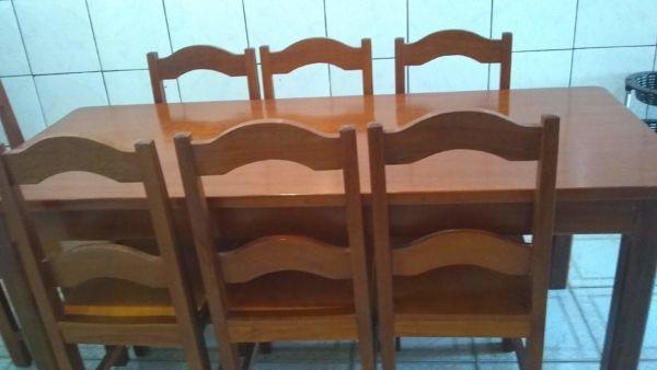 Mesa de madeira rústica + 8 cadeiras