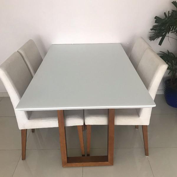 mesa de jantar em laca branca com 4 cadeiras em linho cru,