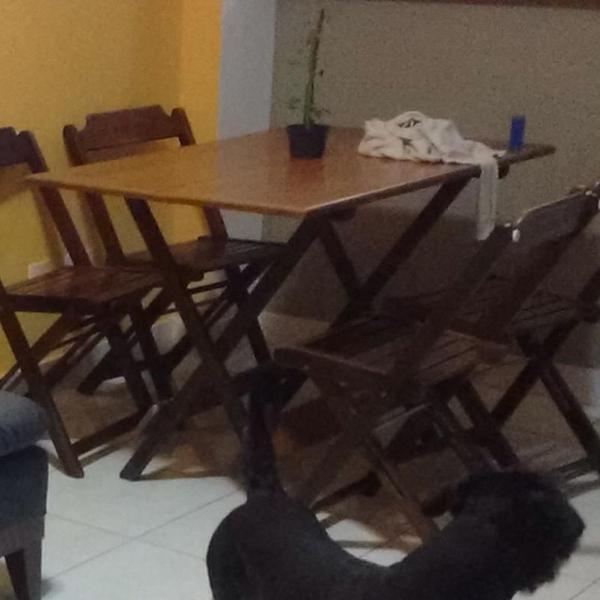 mesa retangular com 4 cadeiras