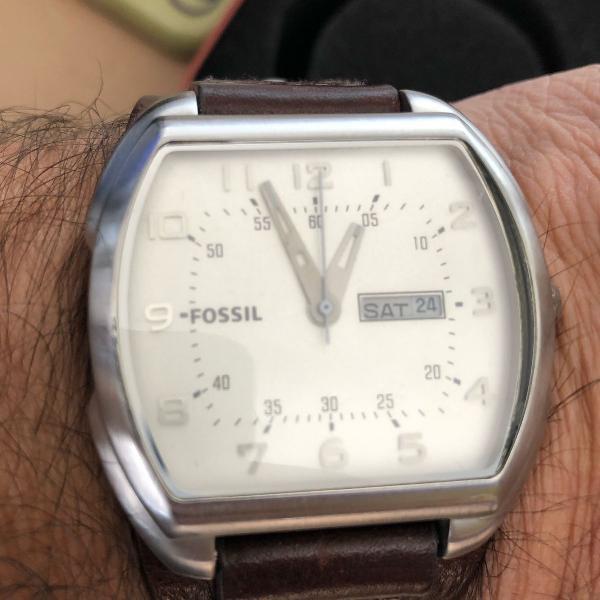 relógio fóssil com pulseira de couro
