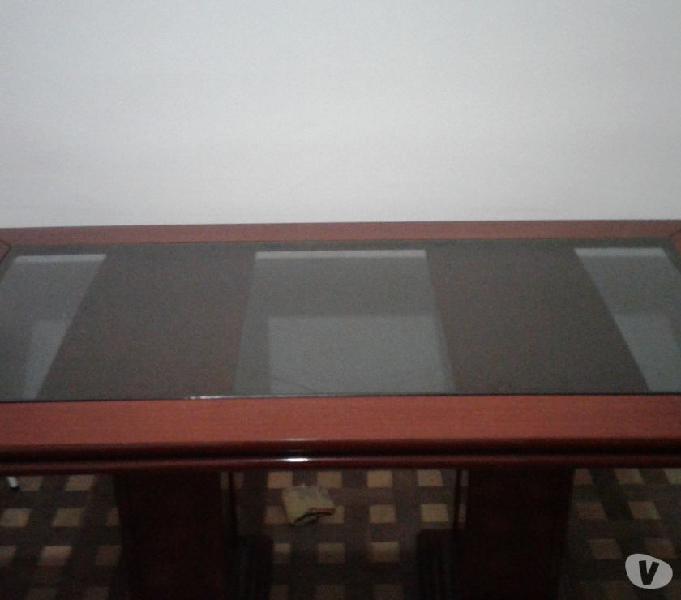 Vendo mesa de jantar em mogno com tampo de vidro