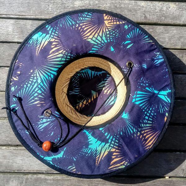 chapéu de palha surf estampado folhas pinadas