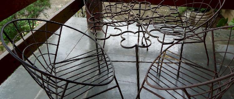 Jogo de mesa e cadeira de ferro antigas
