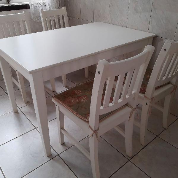 Mesa Tok Stok, com 4 cadeiras modelo Brisa