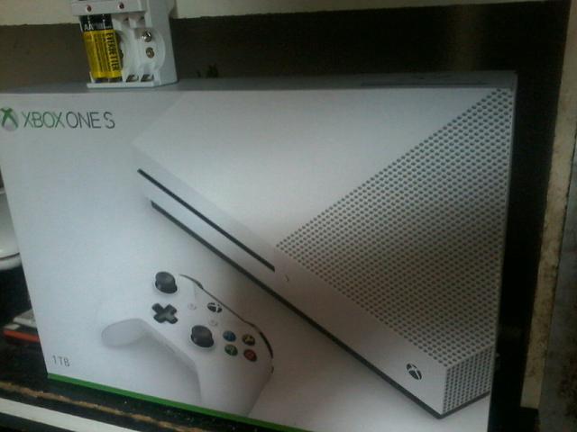Xbox One S 1 Tera novo na caixa com NF e garantia 12 meses