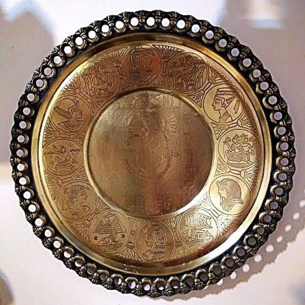antigo medalhão de parede em bronze com elaborado cinzel