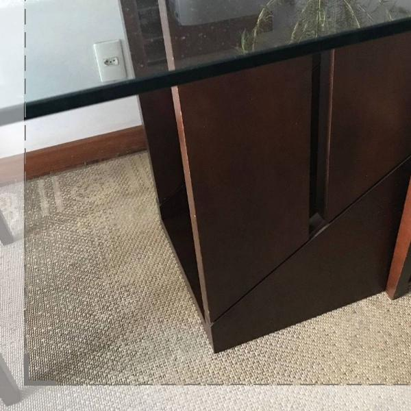 mesa base madeira e tampo de vidro