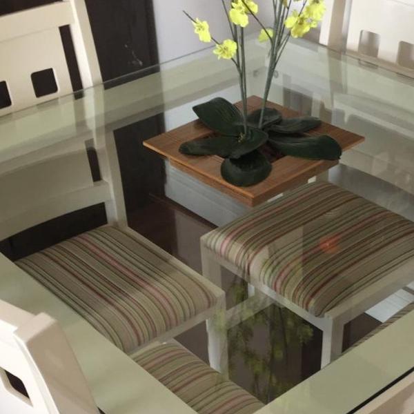 mesa com tampo de vidro e 4 cadeiras