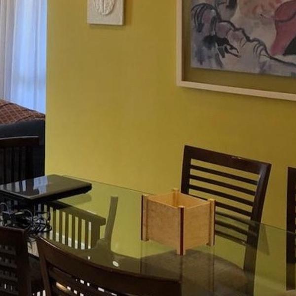 mesa de jantar com tampo de vidro e 4 cadeiras