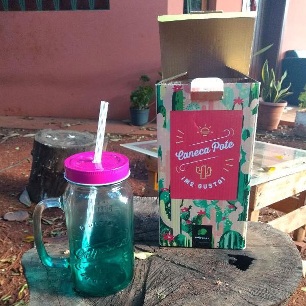 """Caneca-pote """"A última caipiriña do deserto"""" verde e rosa"""