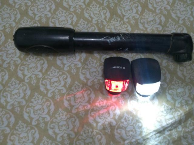 """Bomba de encher pneu de bicicleta, farol e luz de """"freio"""""""