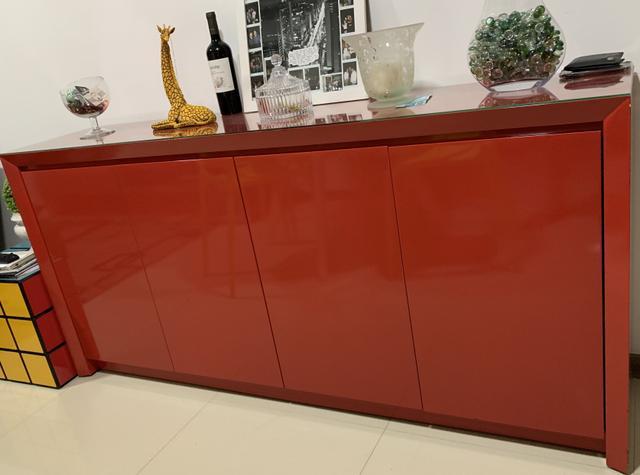 Armário buffet com acabamento em laca vermelha