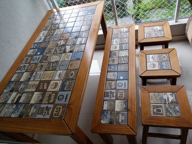 Conjunto de mesa, banco e banquetas retro com azulejo