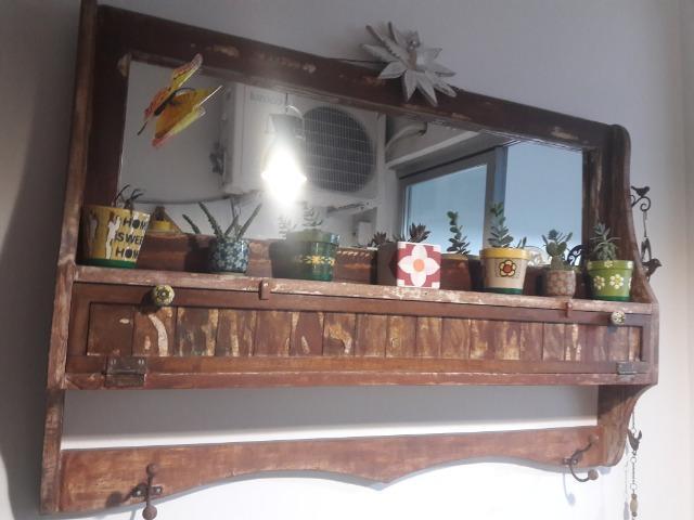 Espelheira porta-copos em madeira de demolição