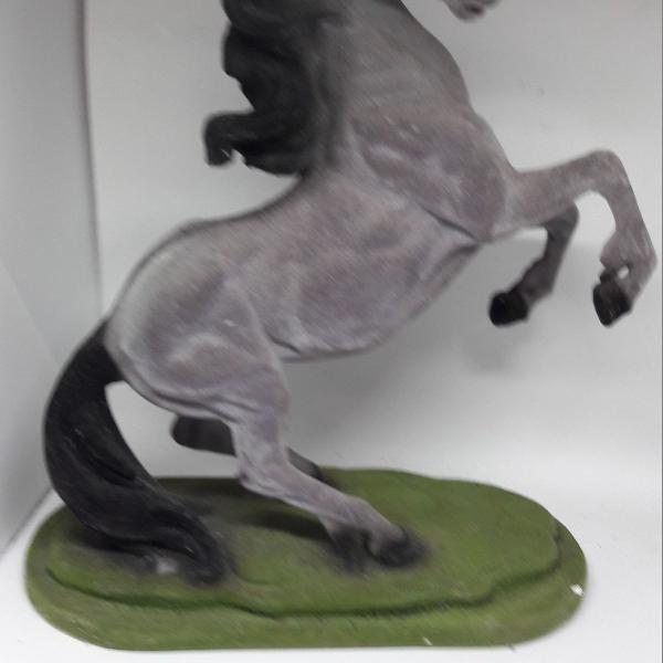 cavalo de madeira com camurça