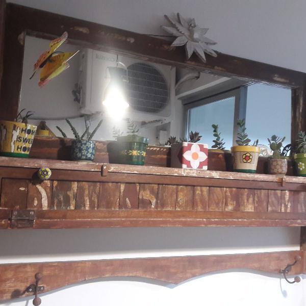 espelheira em madeira de demolição com porta-copos