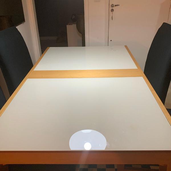 mesa em madeira e tampo de vidro