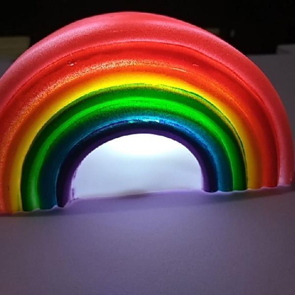 linda luminária de arco íris