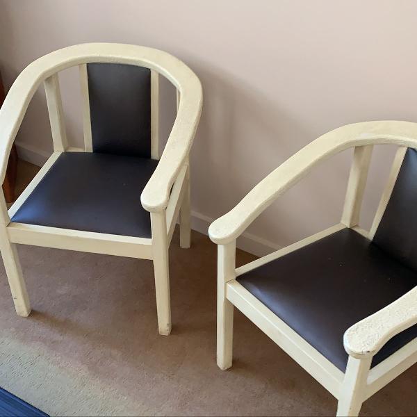 par de cadeiras em madeira patinada marfim