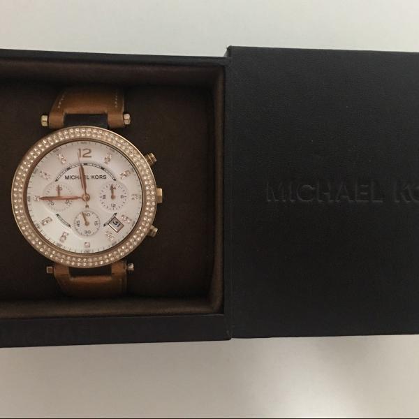 relógio com pulseira de couro caramelo michael kors