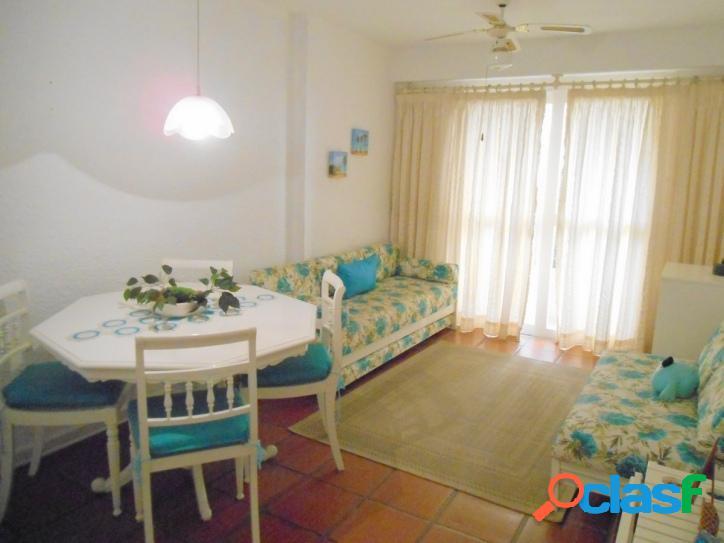 2 dormitórios calçadão Pitangueiras, 80 metros do mar!