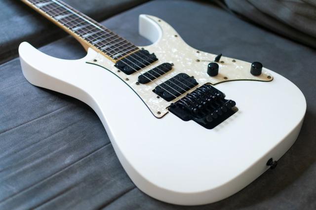 Vendo Guitarra Ibanez Rg350DX Branca (Usada)