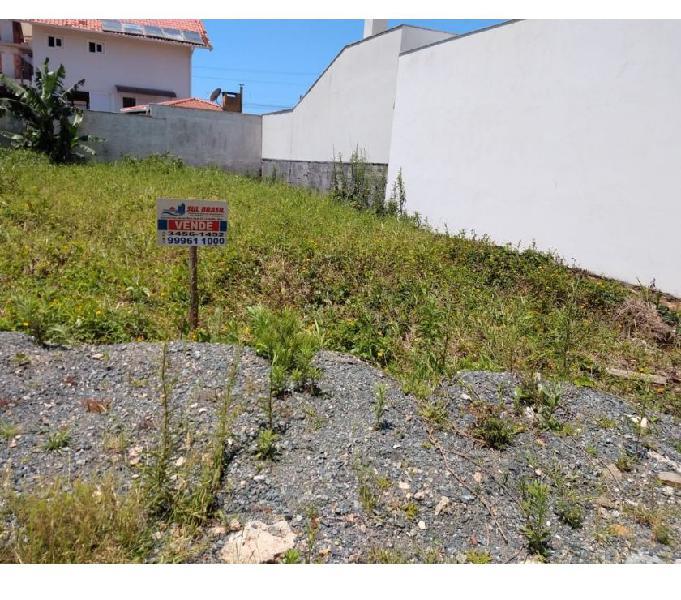 Lindo terreno a 80 mts do mar em rua calçada