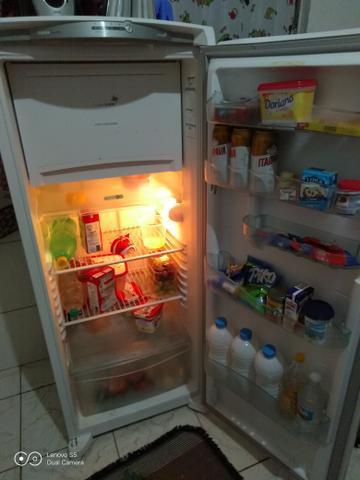 Vendo ou troco geladeira por celular. as vezes cria gelo