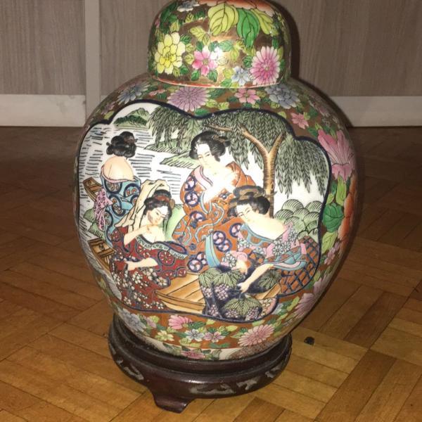 pote de porcelana chinesa com suporte em madeira e tampa