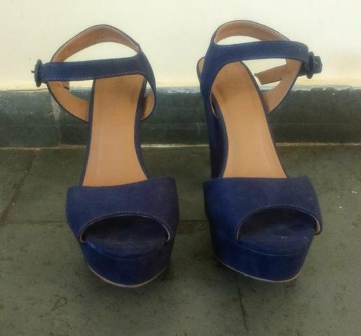 Sandália salto grosso azul camurça