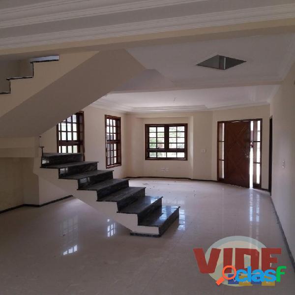 Um belo sobrado com 3 suítes, 280 m², no Condomínio
