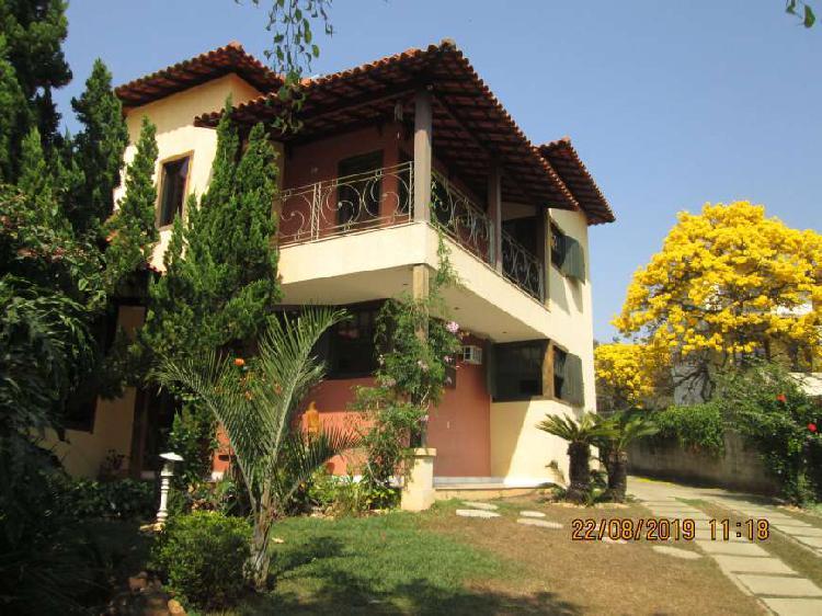 Casa para venda tem 320 metros quadrados com 4 quartos em