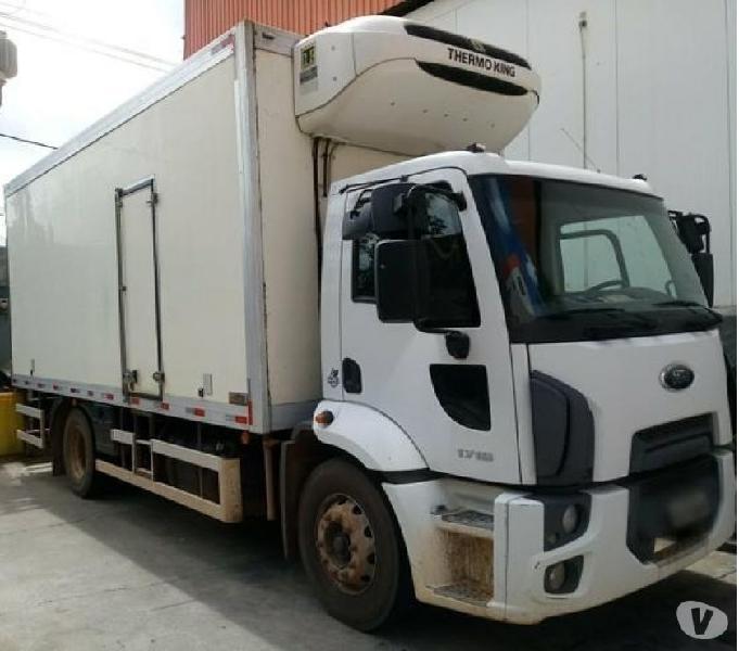 Caminhão toco com baú frigorífico