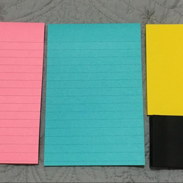 kit com 5 blocos de post it de tamanhos variados