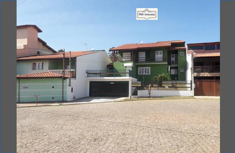 Casa para aluguel possui 390 metros quadrados com 6 quartos