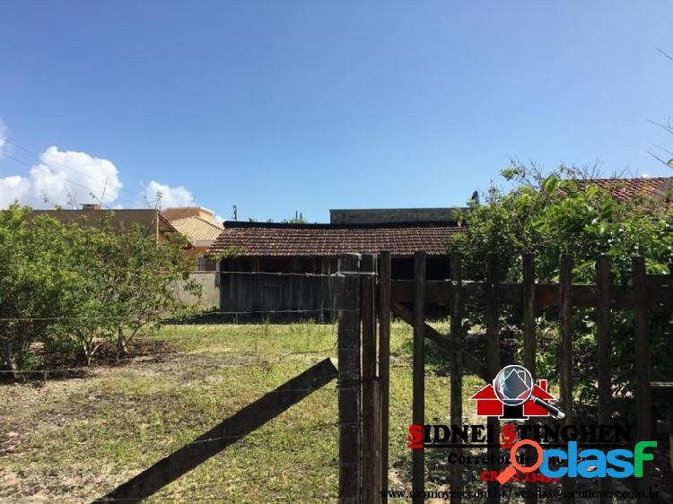 Casa simples de madeira com 03 dormitórios, em Bal. Barra