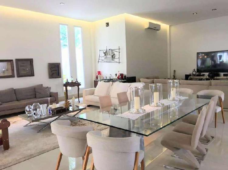 Casa de condomínio para venda tem 540 metros quadrados com