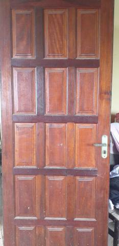 Vendo 2 portas de madeira com fechadora