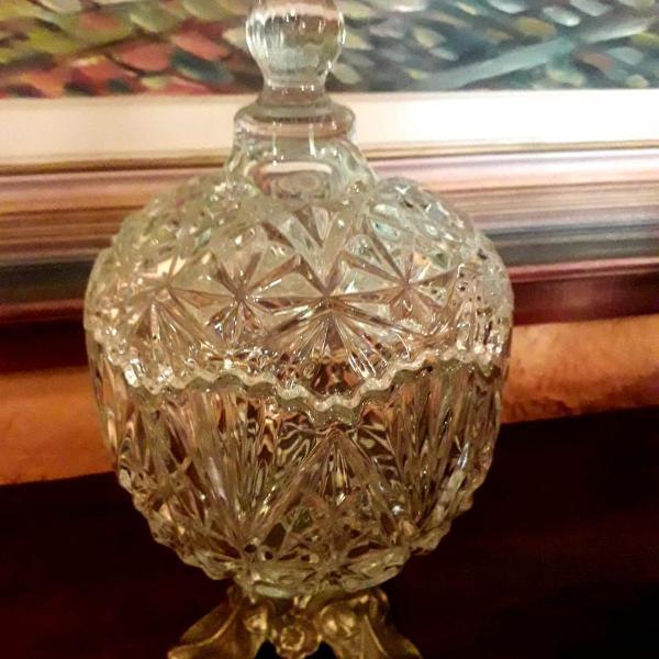 bomboniere de cristal com pé em bronze
