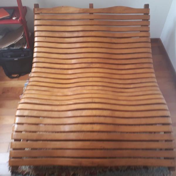 espreguiçadeira de madeira maciça