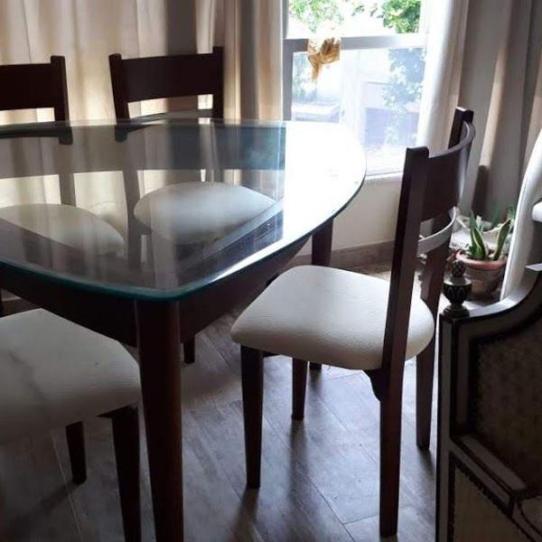 mesa em madeira com tampo de vídro com 4 cadeiras