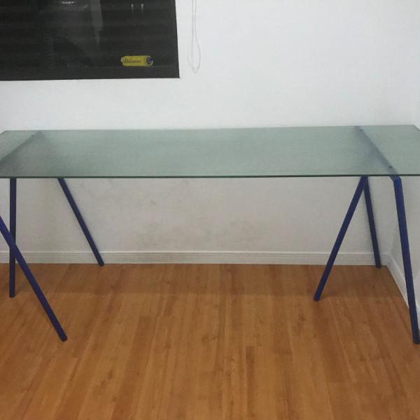 mesa para escritório com cavalete azul e tampo de vidro