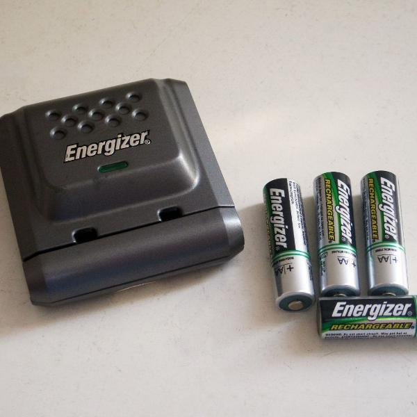 carregador energizer com 4 pilhas recarregáveis aa