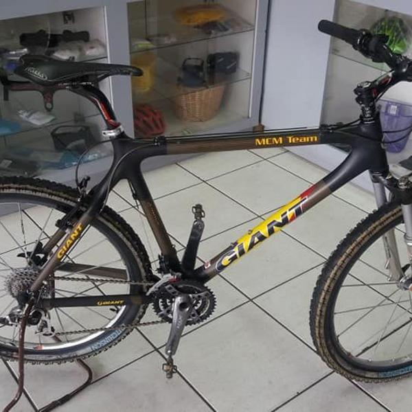 bicicleta de competição antiga em fibra de carbono