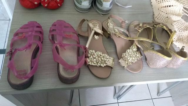 Lote de roupas infantis e sapatos e tênis e sandálias