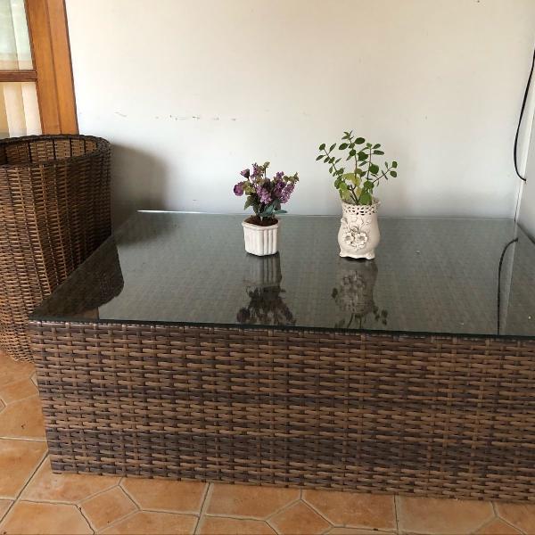 mesa de rattan com tampo de vidro da casa cenario