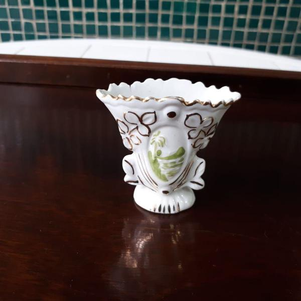 mini vaso de porcelana com detalhes em pó de ouro